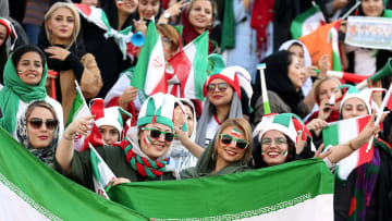 إيرانيات يحضرن مباراة كرة قدم في الاستاد لأول مرة من 40 عاما