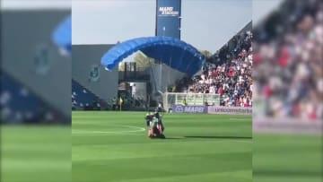 """فيديو يوثق لحظة اقتحام """"مشجع من السماء"""" لمباراة كرة قدم"""