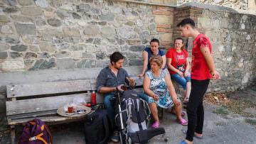 ضيافة خيالية.. ما الموقف الذي فاجئ هذا الثنائي أثناء سفرهما بأذربيجان؟