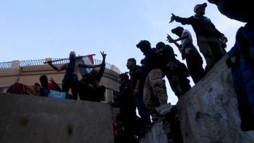 رُغم استقالة الحكومة... المتظاهرون يسدون جسور دجلة في بغداد