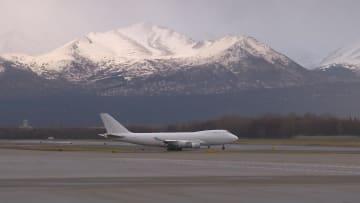 مطار في قلب ألاسكا يحيط به الغروب لساعات طويلة