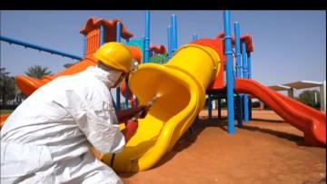 بسبب فيروس كورونا.. شاهد كيف تعمل أبوظبي على تعقيم المرافق العامة