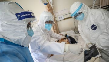 كيف يتخذ الأطباء قرارات الموت والحياة للمرضى المصابين بفيروس كورونا؟