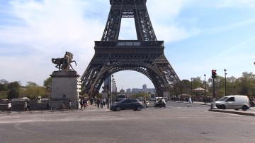 التلوث ينفّر السياح من باريس.. والمدينة تتحرك قبل اختفاء برج ايفل خلف الغبار