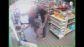 شاهد.. كاميرات المراقبة ترصد امرأتين تتحرشان برجل داخل متجر