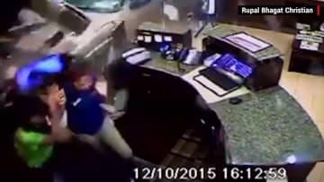 بالفيديو: زبون يحطم جدار فندقٍ بسيارته بعد خلاف حول الفاتورة