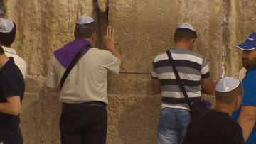 بالفيديو: موقع على حائط البراق يوحّد لأول مرة النساء والرجال وطوائف اليهود بالصلاة