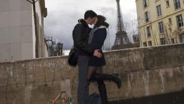 """الوقوع في الحب يُعطل عمل الأجزاء السلبية في الدماغ.. وهرمون العشق """"يشعل"""" الحميمية"""