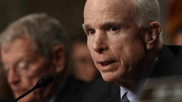 جون ماكين: بوتين جزار ولن أقبل جائزته مثل مرشح ترامب