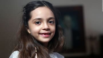 شاهد.. طفلة سورية تعرض صداقتها على ترامب مقابل مساعدته أطفال حلب