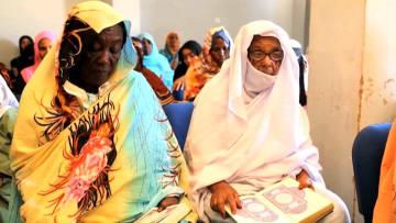 """شاهد """"بت المنى"""".. سودانية في الـ75 من عمرها تهزم الأمية وتحفظ القرآن"""