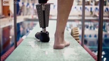 أطراف اصطناعية تمكّن مبتوري الساق من السباحة