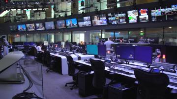 """من داخل قناة الجزيرة.. CNN تنقل """"رأيهم الآخر"""""""