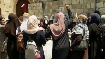 شاهد.. احتجاجات لمسلمات خارج المسجد الأقصى