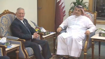 وزير الدفاع الأمريكي يلتقي أمير قطر والعطية في قاعدة العديد