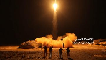 شاهد.. لحظة إطلاق الحوثيين لصواريخ باتجاه السعودية