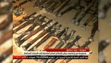 """شاهد.. مسلحو """"جيش الإسلام"""" يسلّمون أسلحتهم للحكومة السورية"""