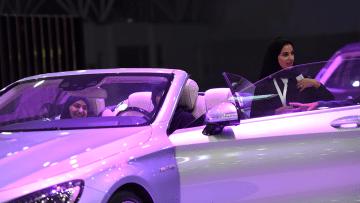 """شاهد..السعوديات """"يستمتعن"""" بأول معرض نسائي للسيارات في الرياض"""