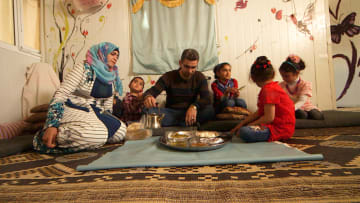 يوم بحياة فنان سوري لاجئ يعمل حلاقاً