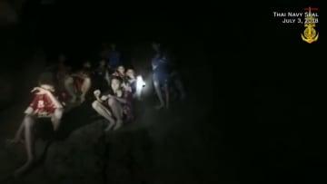 شاهد لحظة الوصول لأطفال علقوا في كهف بتايلاند منذ أيام