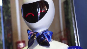 """الروبوت """"روبي"""" تقدم الطعام وتغني بالإنجليزية والهندية بهذا المطعم بدبي"""