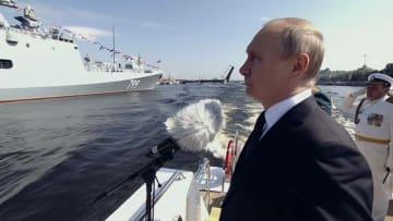 """شاهد.. بوتين يتباهى بترسانته العسكرية في """"يوم البحرية"""""""
