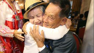 لحظة اللقاء الأولى بين أم كورية وابنها بعد 68 عاما من الفراق