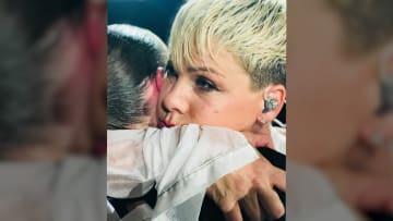لماذا تركت مغنية أمريكية شهيرة خشبة المسرح فجأة؟