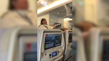 """شعور ركاب رحلة لطيران الإمارات بـ""""المرض"""" بعد وصولهم إلى نيويورك"""