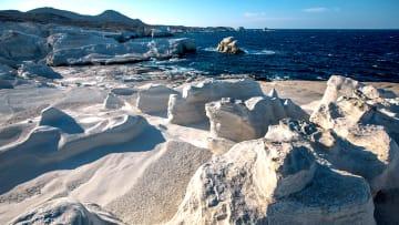 إذا كنت من محبي الشواطئ.. هذه الجزيرة باليونان هي الأمثل لك