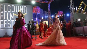 """نجمات السينما العربية """"يتلألأن"""" على السجادة الحمراء بالجونة"""