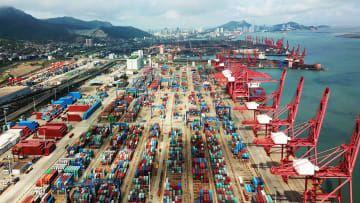 صدام الكبار.. بدء الحرب التجارية بين أمريكا والصين رسميا