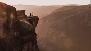 فوتوغرافي يبحث عن ثنائي غامض لحظة عرض الزواج على منحدر صخري