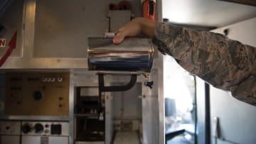 أكواب القهوة تثير ضجة في سلاح الجو الأمريكي