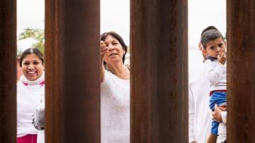 """صور توثّق لحظات """"عناق"""" عائلات على الحدود الأمريكية المكسيكية"""