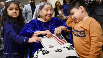 عجوز بعمر 106 أعوام تصبح مواطنة أمريكية في يوم الانتخابات
