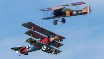 طيارون يقودون طائرات عمرها 100 عام