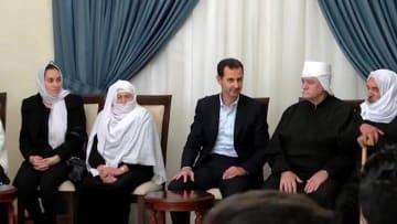 بشار الأسد يستقبل رهائن السويداء المحررين دون ظهور زوجته