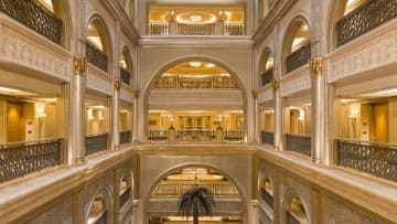 قصر الإمارات.. فندق فاخر قبابه مغطاة بالذهب بالكامل