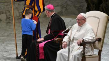 طفل يسرق الأضواء من البابا فرانسيس.. ما الذي قام به؟