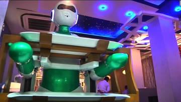 تعرّفوا على جينجر.. النادلة الروبوت التي لا تتذمر أبداً