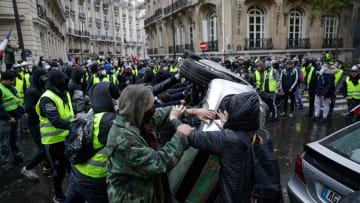 """كيف تأثر اقتصاد فرنسا بمظاهرات """"السترات الصفراء""""؟"""