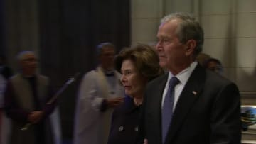 شاهد.. تأثر بوش الابن خلال جنازة والده