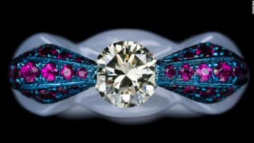 صانع مجوهرات محترف يبتكر مادة بورسيلان غير قابلة للكسر