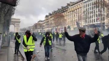 فرنسا.. اشتباكات عنيفة ومطالبات بإسقاط حكومة ماكرون