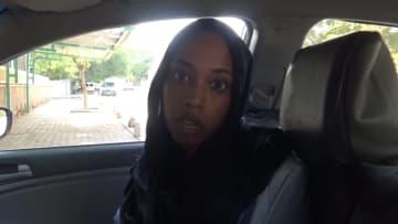 ضباط سودانيون يعتدون على صحفية تعمل مع CNN ويمزقون ثيابها