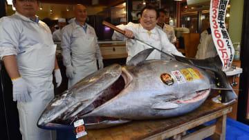 صاحب مطعم يدفع 3.1 مليون دولار من أجل سمكة تونة عملاقة