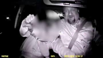 لحظات مرعبة.. شخص يحاول السيطرة على سيارة أوبر بدل السائق