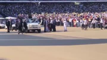 طفلة تخترق الحشود لتحية البابا فرنسيس.. وهذا ماحدث