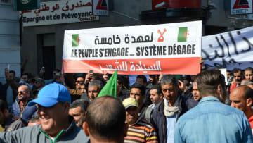 """""""لقد دمرتم البلاد"""".. استمرار المظاهرات ضد بوتفليقة بالجزائر"""